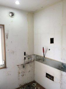 洗面所化施工中
